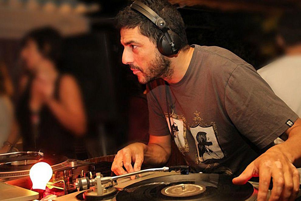 DJ fernando Gullon djing at garito cafe